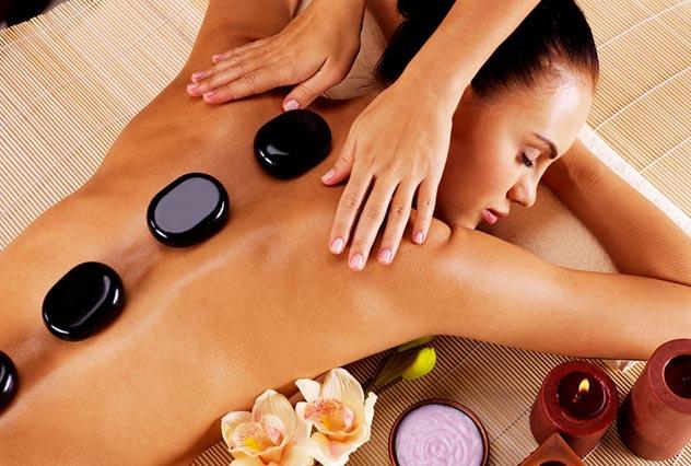Massagem de pedras quentes